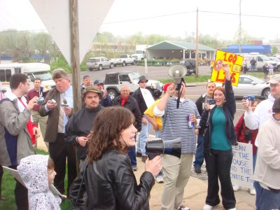 MO Tea Party Protestors Greet Obama in St Louis ; FM Radio host Dana Loesch addresses crowd (Gateway Pundit)